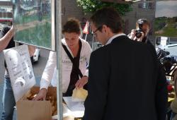 Wethouder koopt koeken na Bla Bla Bla opening van de mobiliteitsmarkt